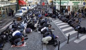 Musulmans-de-Paris-une-caserne-pour-prier