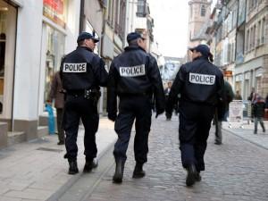Il attaque des policiers au couteau et ressort libre