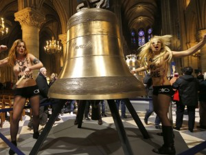 Cloches de Notre-Dame : les Femen relaxées, les vigiles punis